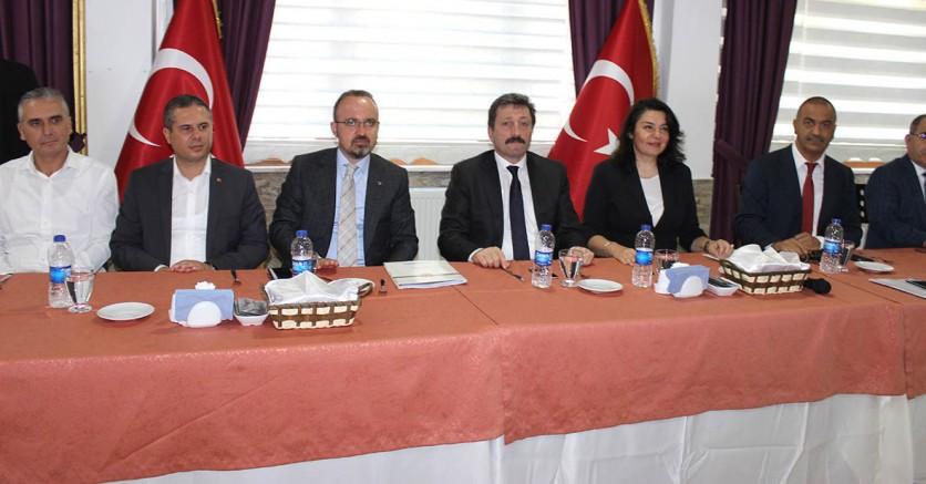 AK Partili Vekiller Muhtarlarla Buluştu