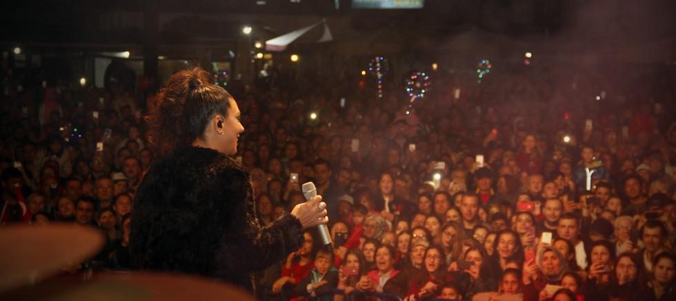 Cumhuriyetin 95. yıl kutlamalarının finalinde Işın Karaca Gelibolu'yu Salladı