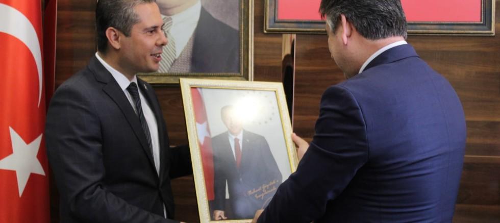 Erdoğan'ın İmzalı Fotoğrafını Hediye Etti