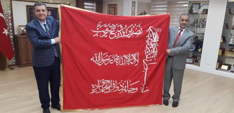 Kaymakam Hakan Kılınçkaya'ya Mevlevi Sancağının replikası hediye edildi